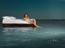 женщина океана кровати средняя стоковые изображения
