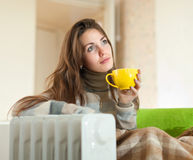 Женщина около подогревателя масла на дому Стоковое Изображение