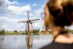 Женщина около старых ветрянок в Нидерландах Стоковая Фотография RF