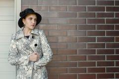 Женщина около стены кирпичей Стоковое Изображение RF