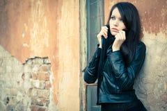 Женщина около стены Стоковая Фотография RF