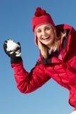 Женщина около для того чтобы бросить Snowball Стоковая Фотография