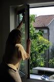 женщина окон чистки Стоковое Изображение RF