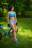 Женщина около велосипеда Стоковые Изображения RF