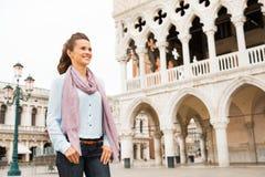 Женщина около дворца дожей в Венеции, Италии Стоковая Фотография