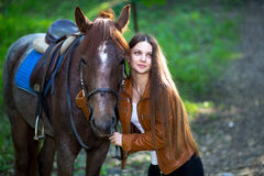 Женщина около лошади Стоковые Фотографии RF