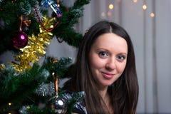 Женщина около рождественской елки Стоковое Изображение RF