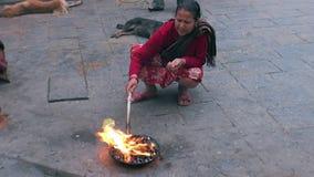 Женщина около святого огня на улицах Катманду в Непале сток-видео