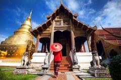 Женщина около старого виска в Таиланде стоковые фото