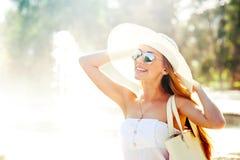 Женщина около фонтана Стоковая Фотография RF