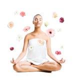 Женщина окруженная красивыми изолированными цветками стоковая фотография rf