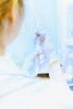 Женщина доктора Азии молодая с шприцем в больнице Стоковые Фотографии RF