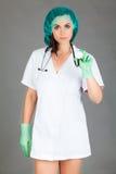 Женщина доктора на сером медицинском персонале предпосылки Стоковые Изображения RF
