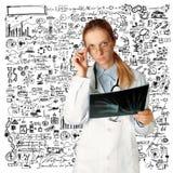Женщина доктора с изображением рентгеновского снимка Стоковые Изображения