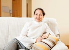 Женщина дома стоковые фотографии rf