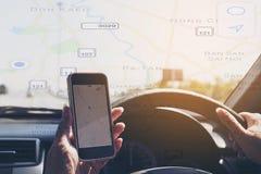 Женщина опасно управляет автомобилем пока держащ и смотрящ карту Стоковые Фотографии RF