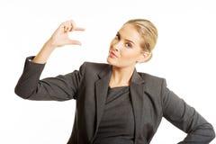 Женщина описывает размер с ее пальцами стоковые изображения