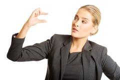 Женщина описывает размер с ее пальцами стоковая фотография rf