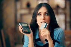 Женщина оплачивая с кредитной карточкой путем оплачивать стержень POS стоковое фото