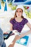 Женщина оплачивая в ресторане стоковое фото rf
