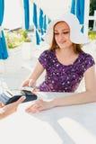 Женщина оплачивая в ресторане стоковые изображения rf