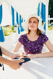 Женщина оплачивая в ресторане стоковое изображение rf