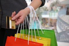 Женщина оплачивая ее приобретение с кредитной карточкой стоковое изображение