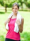 Женщина освежая после бежать на парке города стоковая фотография