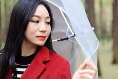 Женщина осени счастливая после зонтика дождя идя Стоковое фото RF