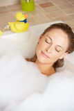 Женщина ослабляя в ванне заполненной пузырем Стоковое фото RF