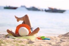 Женщина ослабляя в тропическом пляже на космосе солнца, образа жизни и экземпляра лета стоковые фото