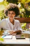 Женщина ослабляя на на открытом воздухе кафе стоковое фото rf