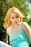 женщина остальных зеленого цвета травы Стоковое Изображение RF