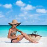 Женщина лосьона солнцезащитного крема skincare предохранения от Солнця Стоковые Фото
