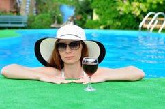 Женщина ослабляет в бассейне Стоковые Изображения RF