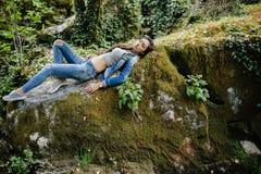 Женщина ослабляет в лесе джунглей Стоковые Изображения RF