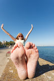 Женщина ослабляя взморьем показывая ей сухие ноги единственные стоковые изображения