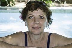 Женщина ослабляя в бассейне в салоне курорта Стоковые Фото
