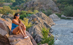 Женщина ослабляя в горах Стоковое Изображение RF