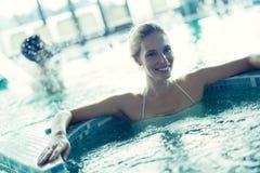 Женщина ослабляя в жемчужной ванне стоковое фото