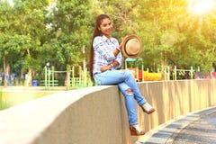 Женщина ослабляя в парке Стоковые Фотографии RF