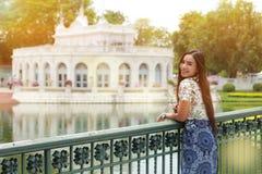 Женщина ослабляя в парке Стоковая Фотография