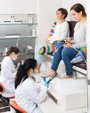 Женщина ослабляя в салоне ногтя на pedicure и используя телефон Стоковые Фотографии RF