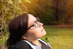 Женщина ослабляя в солнце Стоковое Изображение