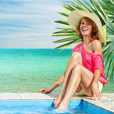 Женщина ослабляя в тропическом курорте Стоковое Изображение RF