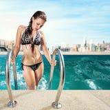 Женщина ослабляя в тропическом курорте Стоковые Изображения