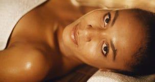 Женщина ослабляя в центре здоровья Стоковая Фотография
