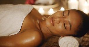 Женщина ослабляя в центре здоровья Стоковые Фотографии RF