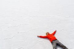 Женщина ослабляя на Саларе de Uyuni Стоковая Фотография