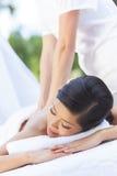 Женщина ослабляя на спе здоровья имея массаж стоковая фотография rf